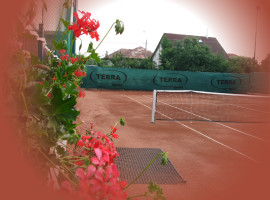 Terenul de tenis descoperit pe timp de vara